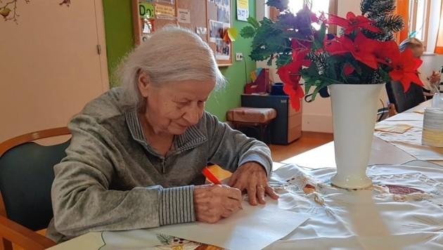 Frau K. aus Wien wünscht sich zum Beispiel Rätselhefte. (Bild: Caritas)