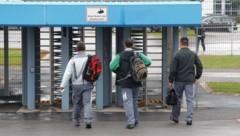 Große Verunsicherung bei den rund 10.000 Beschäftigen im Magna-Werk in Graz-Thondorf - die Konzernleitung weist aber die Gerüchte über den Verlust von 1800 Arbeitsplätzen aber entschieden zurück. (Bild: Sepp Pail)