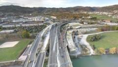 Blick von der Asfinag-Pylonkamera auf die Großbaustelle für die beiden Bypassbrücken links und rechts der Voest-Brücke (am 8. November). (Bild: Asfinag Pylonkamera)