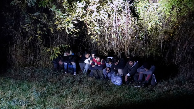 Migranten, die am 9. November an der Grenze zwischen Bosnien und Serbien nahe dem Fluss Drina aufgegriffen wurden (Bild: AP)
