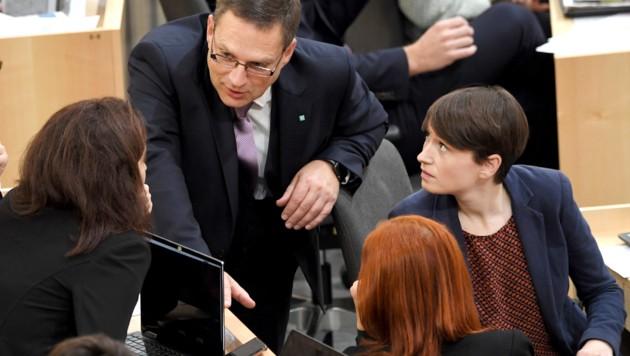 V.l.n.r.: Alma Zadic (Grüne), August Wöginger (ÖVP) und Sigrid Maurer (Grüne) (Bild: APA/ROLAND SCHLAGER)