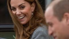 Herzogin Kate lacht, nachdem William sie fast zum Stolpern gebracht hat. (Bild: Richard Gillard / Camera Press / picturedesk.com)