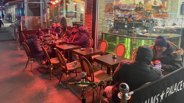 Shisha-Bars in London behelfen sich mit Markisen und Heizvorrichtungen. (Bild: Peter Frauneder)