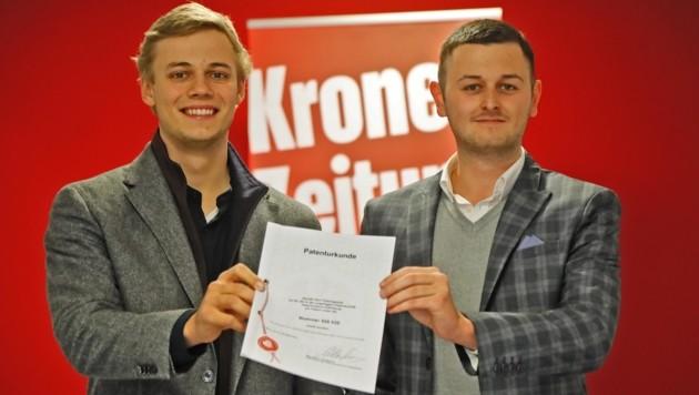 """Zwei der Erfinder, Elias Hager (li.) und Patrick Zillner, statteten der """"Krone"""" einen Besuch ab. (Bild: Christof Birbaumer Kronenzeitung)"""
