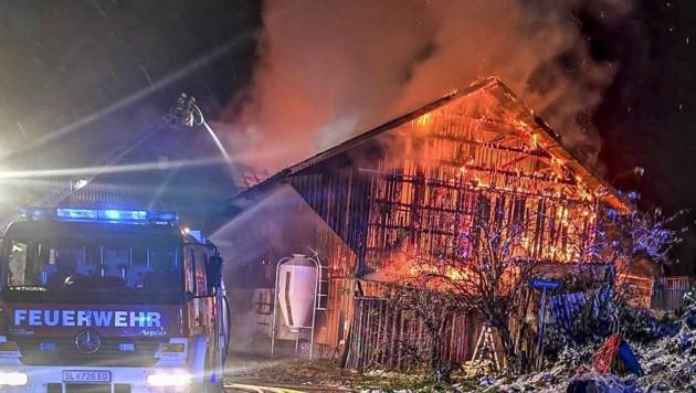 Feuerwehrleute aus vier Gemeinden standen im 15-Stunden-Einsatz. (Bild: Tschepp Markus)
