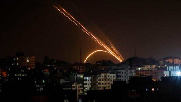 Raketen, abgefeuert vom Gazastreifen Richtung Israel (Bild: AFP/Anas Baba)