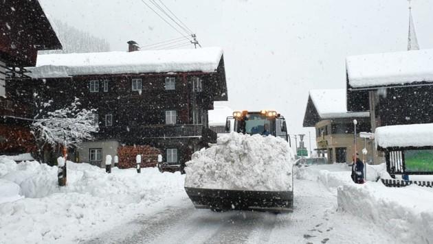 Die Massen an Schnee müssen im Lesachtal erst einmal weggeschafft werden. Und es kommt neuer nach. (Bild: Josef Salcher)