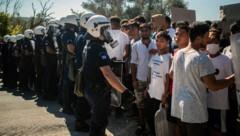Migranten in einem Flüchtlingslager aus Lesbos (Bild: AFP)