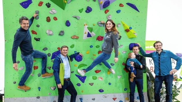 Betreiber Bernd Naprudnik, Leobens Bürgermeister Kurt Wallner und Johanna Färber (v. li.) freuen sich über die neue Kletterhalle. (Bild: Harald Tauderer)