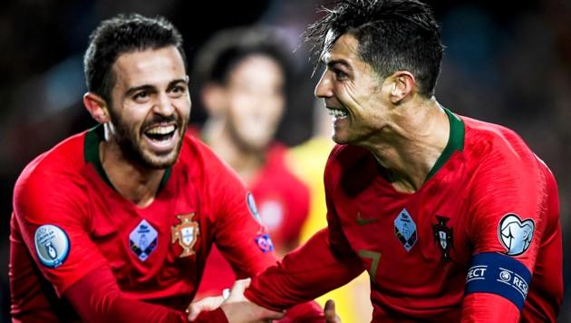 Cristiano Ronaldo (R) feiert mit Bernardo Silva (L) (Bild: PATRICIA DE MELO MOREIRA / AFP)