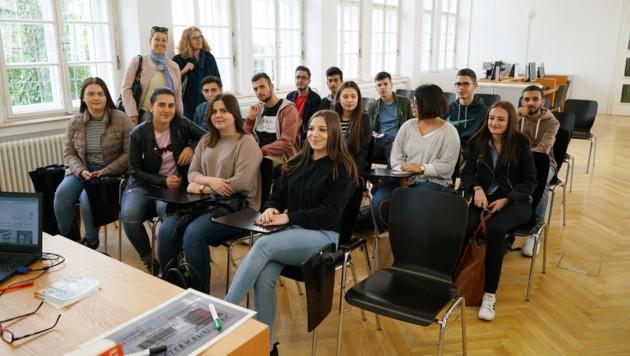 """Schülerinnen und Schüler holen sich in der Landesbibliothek in Linz Tipps für die VWA """"Vorwissenschaftliche Arbeit"""". (Bild: Reinhard Winkler)"""