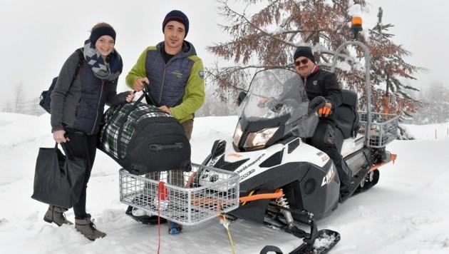 Josef Kerschhaggl, Wirt vom Alpengasthof Bacher, hat seinen Sohn Florian samt Freundin Annalena Dullnig mit dem Skidoo abgeholt. (Bild: Roland Holitzky)