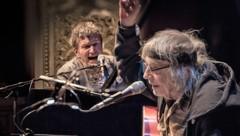 Helmut Röhrling alias Schiffkowitz lässt gemeinsam mit dem weltweit bekannten Pianisten Markus Schirmer die guten alten STS-Zeiten aufleben. (Bild: Christian Jungwirth)