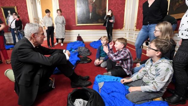 Bundespräsident Alexander Van der Bellen beantwortete 2019 viele Fragen, die die kleinen Besucher in der Hofburg an ihn hatten. (Bild: APA/ROLAND SCHLAGER)
