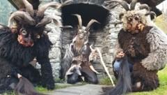 Die Perchten laufen nur in den Raunächten vom 21. Dezember bis 6. Jänner. Der Krampus ist momentan unterwegs. Er hat eine Rute, die Percht einen Pferdeschweif. Die Perchtenmasken sind Tieren nachempfunden. (Bild: Manuel Klement)