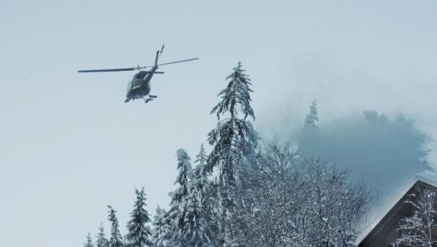"""Der Luftdruck der Helikopterrotoren """"bläst"""" den schweren Schnee von den Bäumen. (Bild: Brunner Images)"""