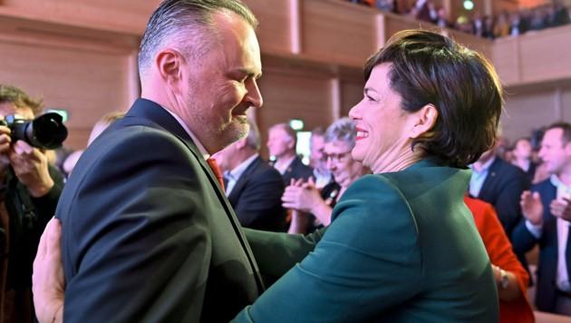 Landeshauptmann Hans Peter Doskozil und SPÖ-Chefin Pamela Rendi-Wagner beim Landesparteitag der SP-Burgenland (Bild: APA/HERBERT NEUBAUER)