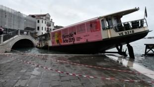 Ein gestrandetes Taxi-Boot am Markusplatz (Bild: AP)