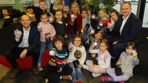 Über 350 Kinder profitieren von der Spende: Stadträtin Elisabeth Mayr übergab die Sicherheitspakete mit Julian Ebner und Swareflex-GF Johannes Oberdanner (re.). (Bild: Birbaumer Christof)