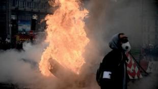"""Die """"Gelbwesten"""" wollten an ihrem ersten Jahrestag ein kräftiges Lebenszeichen von sich geben. Aus diesem Grund brannten wieder Paris und andere Städte in Frankreich. (Bild: APA/AFP/Philippe LOPEZ)"""
