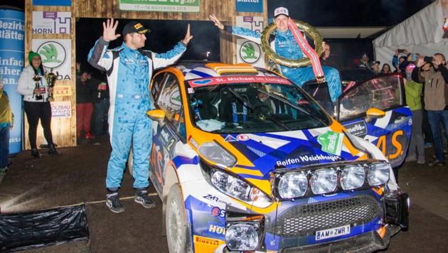 Hermann Neubauer (re.) und sein Co-Pilot Bernhard Ettel durften sich nach dem Gewinn ihrer zweiten Staatsmeisterschaft feiern lassen. (Bild: GEPA pictures)