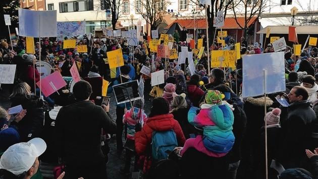 Die Kinder demonstrierten für den Erhalt ihrer Schule. (Bild: Elternverein Schwarzstraße)