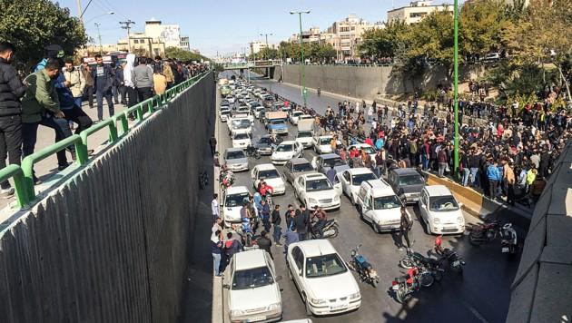 Demonstranten blockierten am 16. November eine Straße in der iranischen Metropole Ishafan. (Bild: AFP )