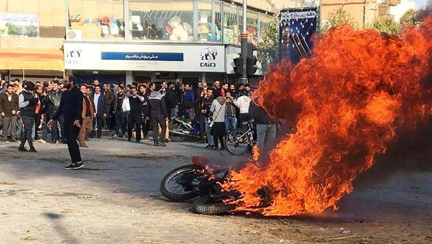 Wie in vielen anderen Städten machen auch Menschen in der Metropole Isfahan im Zentrum des Iran ihrem Ärger Luft. (Bild: AFP )
