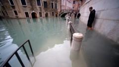 Wer nicht zu Hause bleiben wollte oder konnte, musste am Sonntag durch rund 60 Zentimeter tiefes Wasser waten. (Bild: AFP)