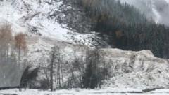 Die Schneemassen sind durch den Regen schwer und patzig. (Bild: Novak)