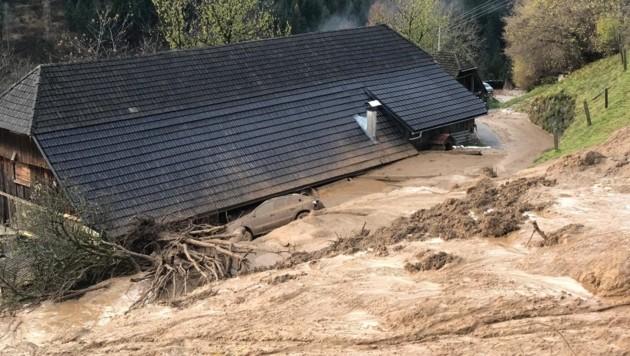 Auch in Altersberg im Bezirk Spittal hat eine Mure ein Haus erfasst und verwüstet. (Bild: BFKDO Spittal)