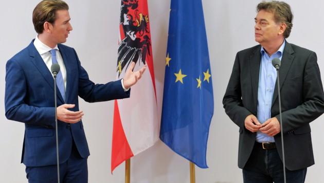 Viel Fingerspitzengefühl erfordert eine Koalitionsverhandlung. Besonders wenn sie Sebastian Kurz und Werner Kogler führen, ging man doch davon aus, dass Türkis und Grün mehr trennt als eint. In wenigen Tagen könnten sie tatsächlich die neue Bundesregierung bilden, um dann Hand in Hand Österreich in die Zukunft zu führen. (Bild: APA/AFP/JOE KLAMAR)