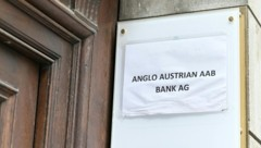 Ein aufgeklebter Zettel ist das neue Firmenschild am Wiener Palais. (Bild: APA/HERBERT NEUBAUER)