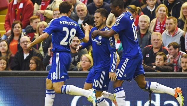 Eden Hazard (Mitte) und John Obi Mikel (rechts) (Bild: AFP)