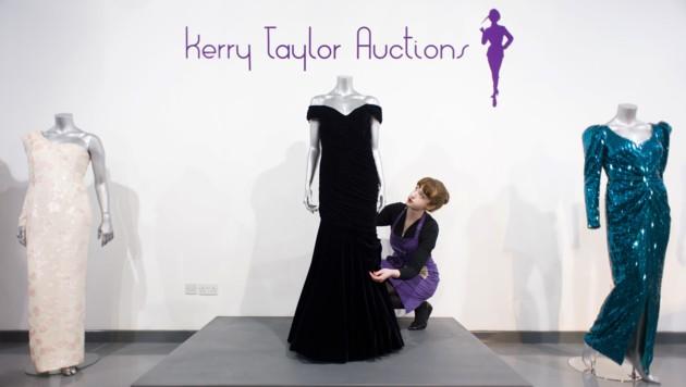 Das Auktionshaus Kerry Taylor versteigerte Prinzessin Dianas Kleid des Designers Victor Edelstein, das sie 1985 beim Besuch im Weißen Haus trug. (Bild: AFP)