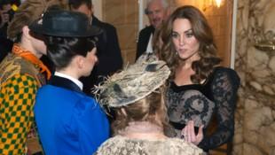 """Herzogin Kate im Gespräch mit den Darstellern des Musicals """"Mary Poppins"""" (Bild: AP)"""