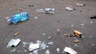Tschickstummel, Glasscherben, leer getrunkene Flaschen - die Straßen in der Wiener Ausgehmeile Bermudadreieck sehen seit dem Rauchverbot in den Lokalen aus wie Müllhalden. (Bild: zVg)