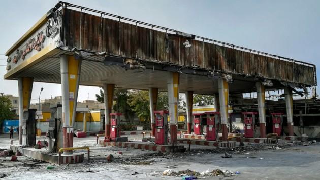Eine ausgebrannte Tankstelle in der Hauptstadt Teheran (Bild: ASSOCIATED PRESS)