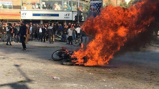 Ein brennendes Motorrad in der Großstadt Isfahan im Zentrum des Landes (Bild: APA/AFP)