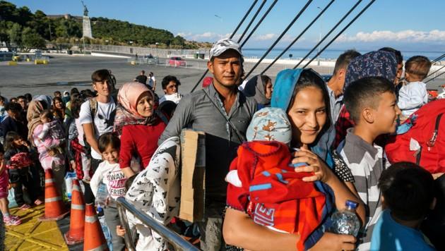 Migranten werden per Fähre von Lesbos aufs griechische Festland gebracht. (Bild: APA/AFP/ANTHI PAZIANOU)