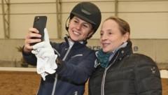 Isabell Werth (re.) beim Selfie mit Salzburg-Talent Leonie Stürzenbaum (Bild: UWE BRANDL www.salzburg-cityguid)