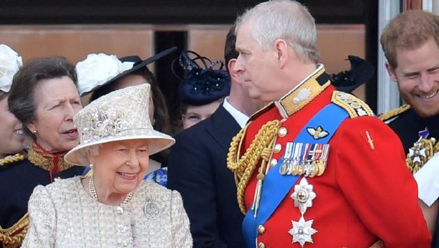 Die Queen und Prinz Andrew (Bild: AFP)