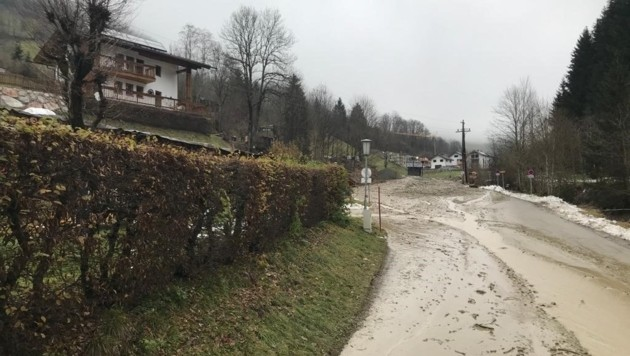 Im Thumersbachtal drohen weitere Murenabgänge. Sechs Gebäude wurden am Mittwochabend evakuiert. Betroffen im Thumersbachtal ist der Bereich Mitterberg rund um den Skitourenparkplatz. (Bild: Land Salzburg/BH Zell am See)