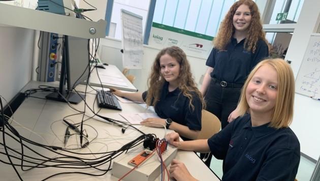 Die Schülerinnen der HTL im neuen Messlabor. (Bild: Leitner Tom)