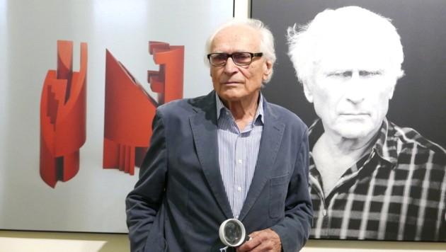 Der Linzer Künstler Helmuth Gsöllpointner präsentiert sich in der Landesgalerie im Kreis seiner einstigen Studenten - eine bunte Kunstschau. (Bild: LiveBild)