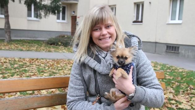 """Sabrina Kunert mit ihrer Vierbeiner-Dame """"Mala"""" im Arm (Bild: Andi Schiel)"""