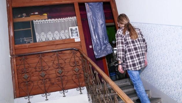 Ein spärlicher Schutz: Statt der Eingangstür befindet sich nun Plastik im Türbereich. (Bild: Christian Jauschowetz)