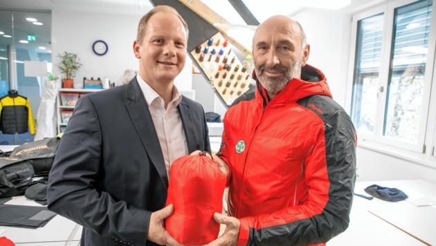 Goldeck Textil-Geschäftsführer Josef Müller mit Rudi Preimel von der Bergrettung (Bild: Wallner Hannes)