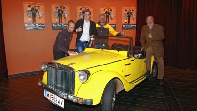 Donnerstag parkte Arno Ruckhofer das Original-Filmfahrzeug im Kino ein. Patrick Jonke und sein Carlovers-Team polierten es dort gleich für den großen Auftritt auf. (Bild: Evelyn Hronek Kamerawerk)