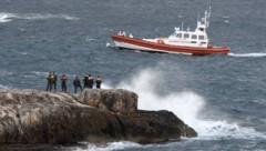Auch am Sonntag suchte die Küstenwache noch nach den vermissten Migranten. (Bild: AP)